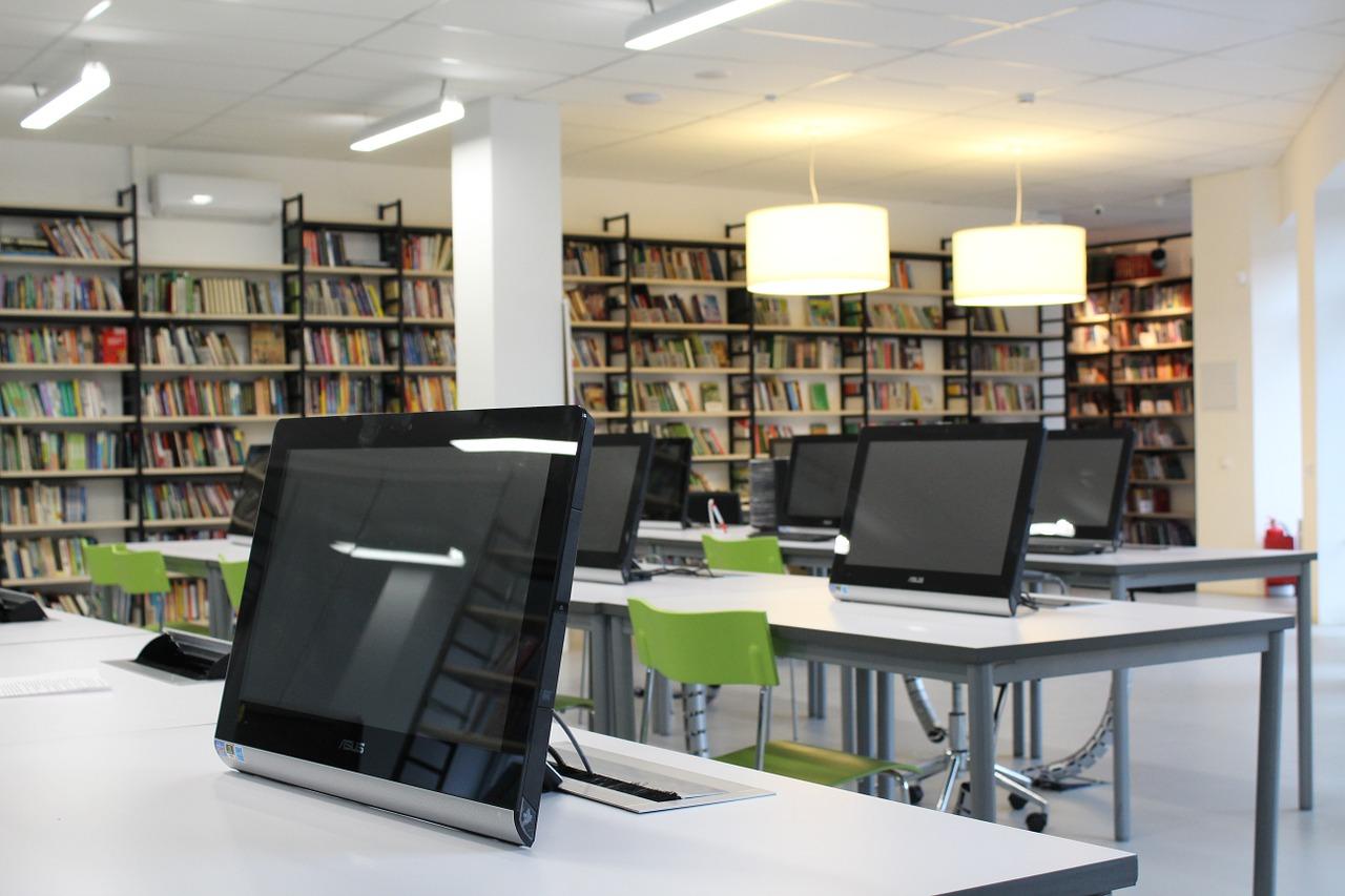 Ordinateurs dans une salle de lecture